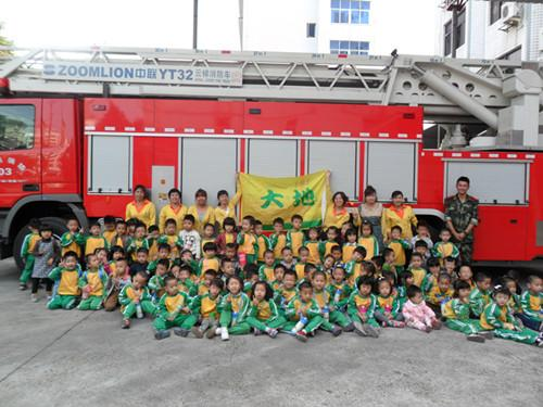 > 幼儿园动态   这次走进消防大队,小朋友们不仅认真聆听消防员讲解